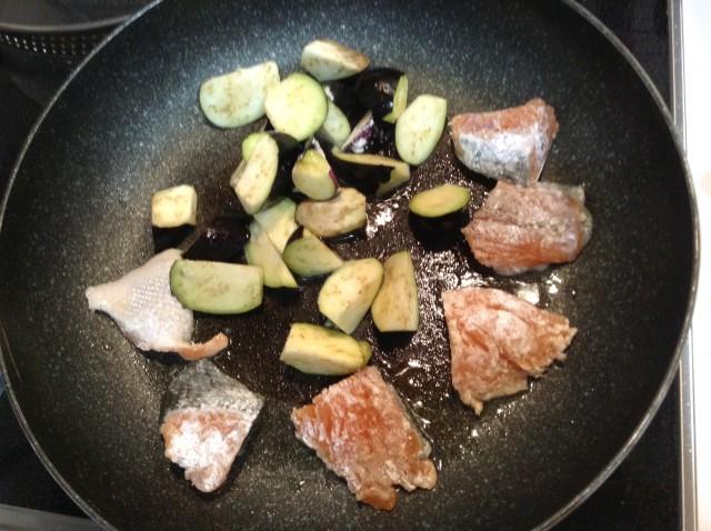 鮭とナスのハニーマスタード炒め手順1