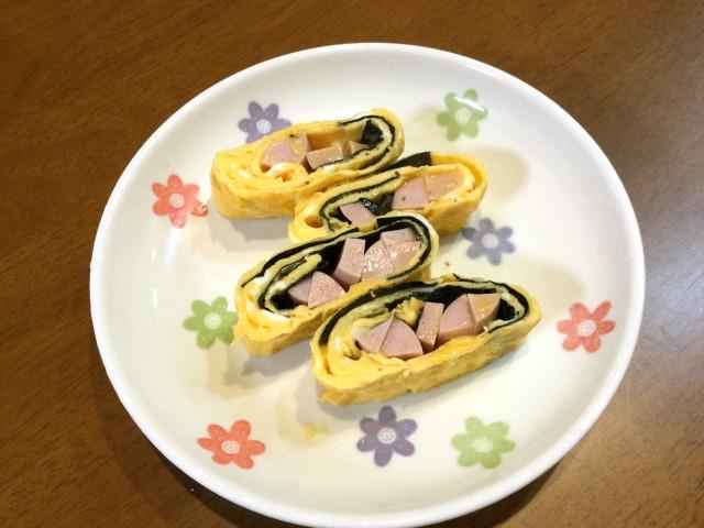 魚肉ソーセージと海苔を巻いた卵焼き