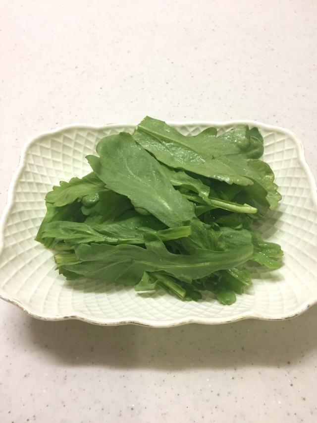 クセになる味。春菊のサラダ手順1