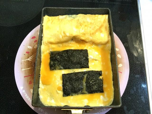 魚肉ソーセージと海苔を巻いた卵焼き手順2