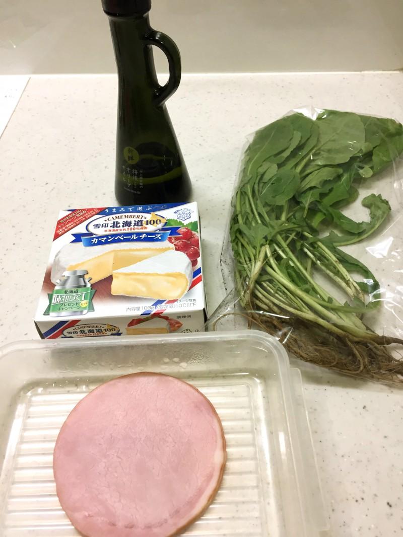 ルッコラとカマンベールのサラダの材料イメージ