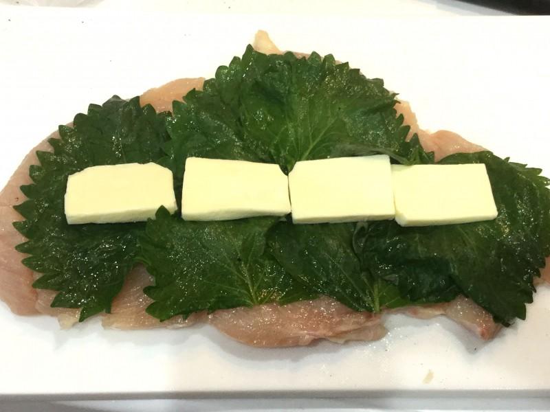 胸肉で作る!しっとりシソチーズロール巻き手順2