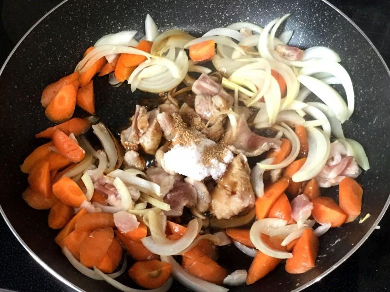 オイスターソース入り♪豚バラで作る簡単肉じゃが手順2