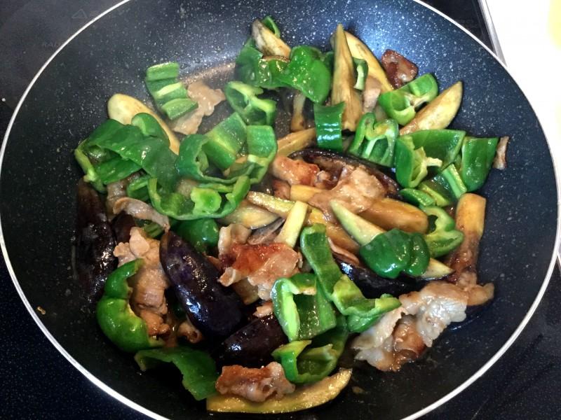 こってり美味しい!豚とナスとピーマンの味噌マヨ炒め手順4
