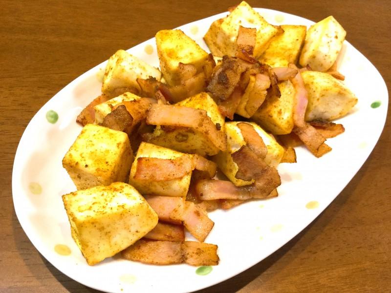 フワフワはんぺんとベーコンのカレー炒め