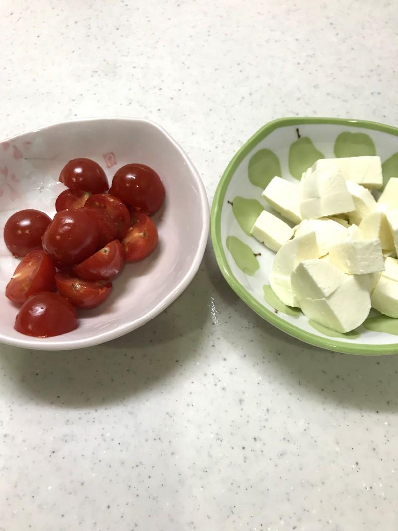 モッツァレラチーズとトマトの和風カプレーゼ手順1