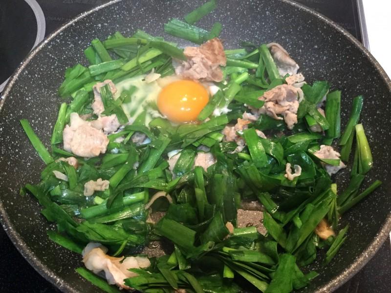 スタミナ補給!豚肉入りの簡単ニラ玉手順3