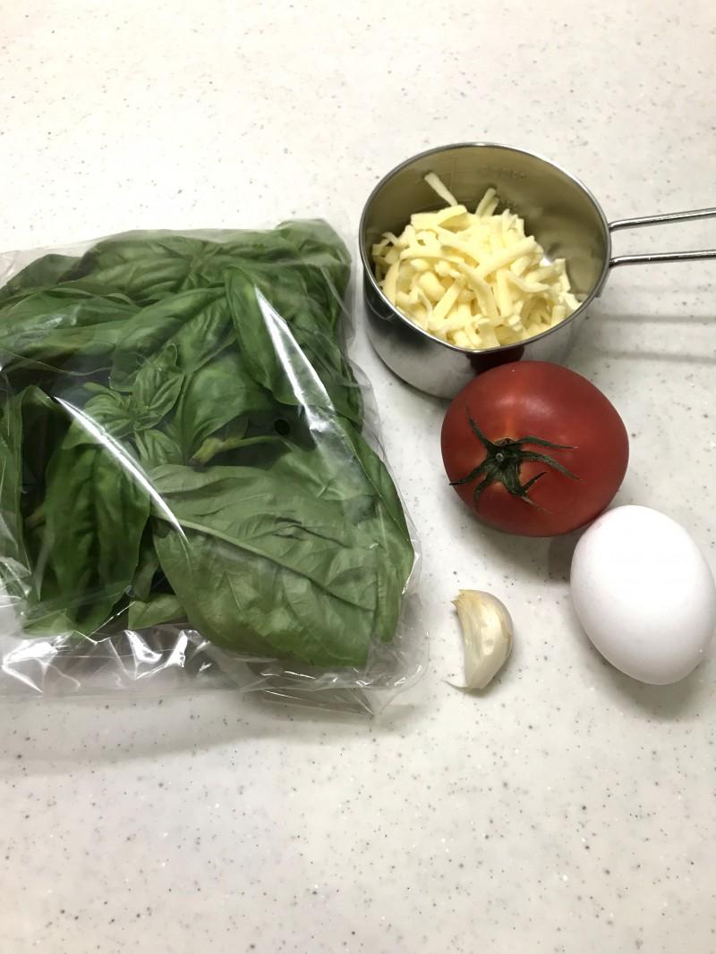 トマトとバジルのオープンオムレツの材料イメージ