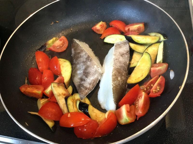 アッサリ美味しい♪たらのトマト煮込み手順2