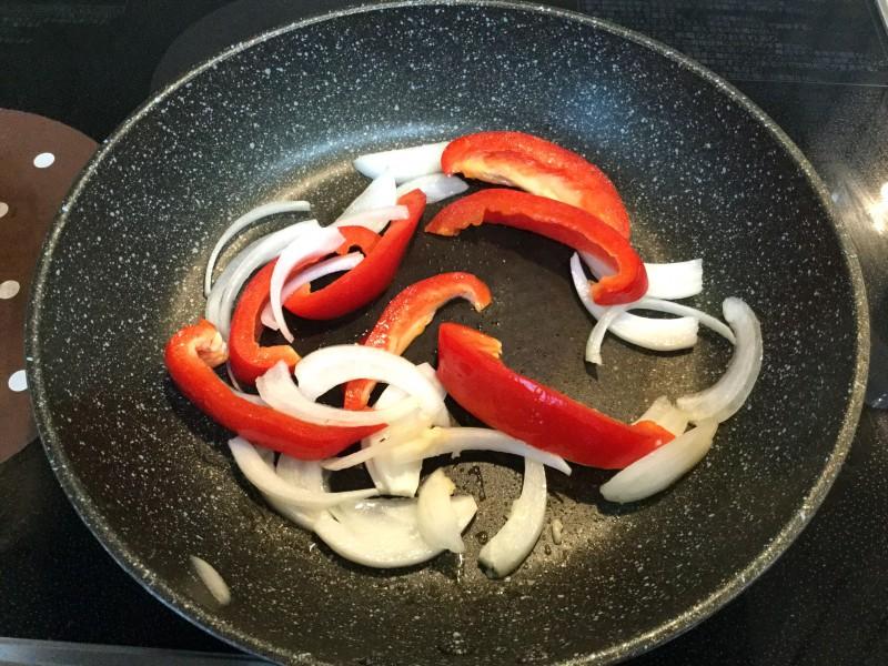パプリカと玉ねぎのバジル炒め手順1