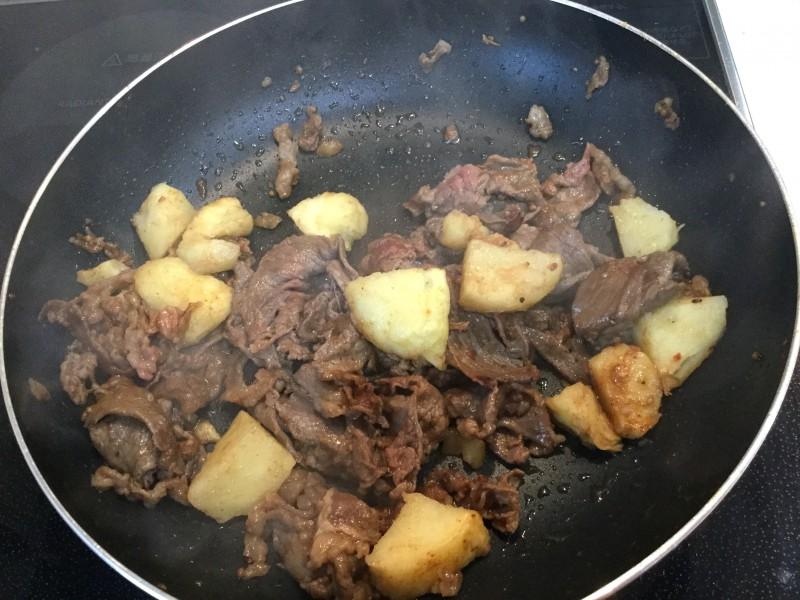 甘辛くて美味しい♪牛肉とポテトのソテー手順2