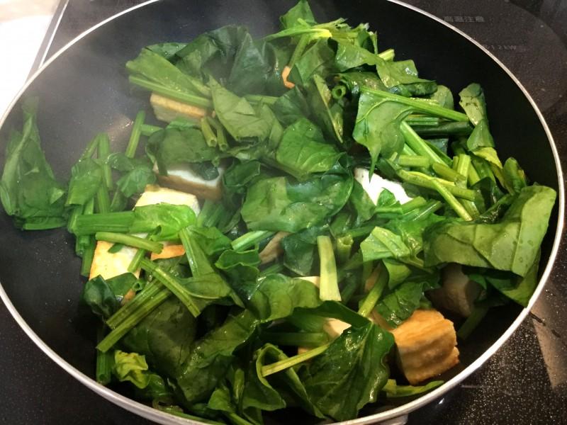 焼き肉のたれで手軽に♪厚揚げとほうれん草の炒め物手順2
