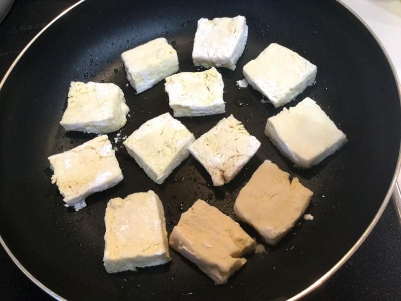 お肉のような食感!?凍らせた豆腐で作る照り焼き手順1