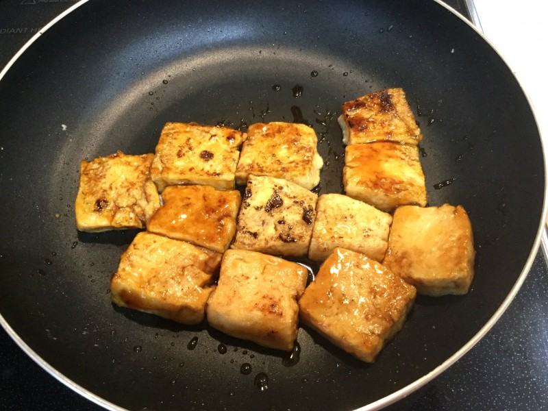 お肉のような食感!?凍らせた豆腐で作る照り焼き手順3