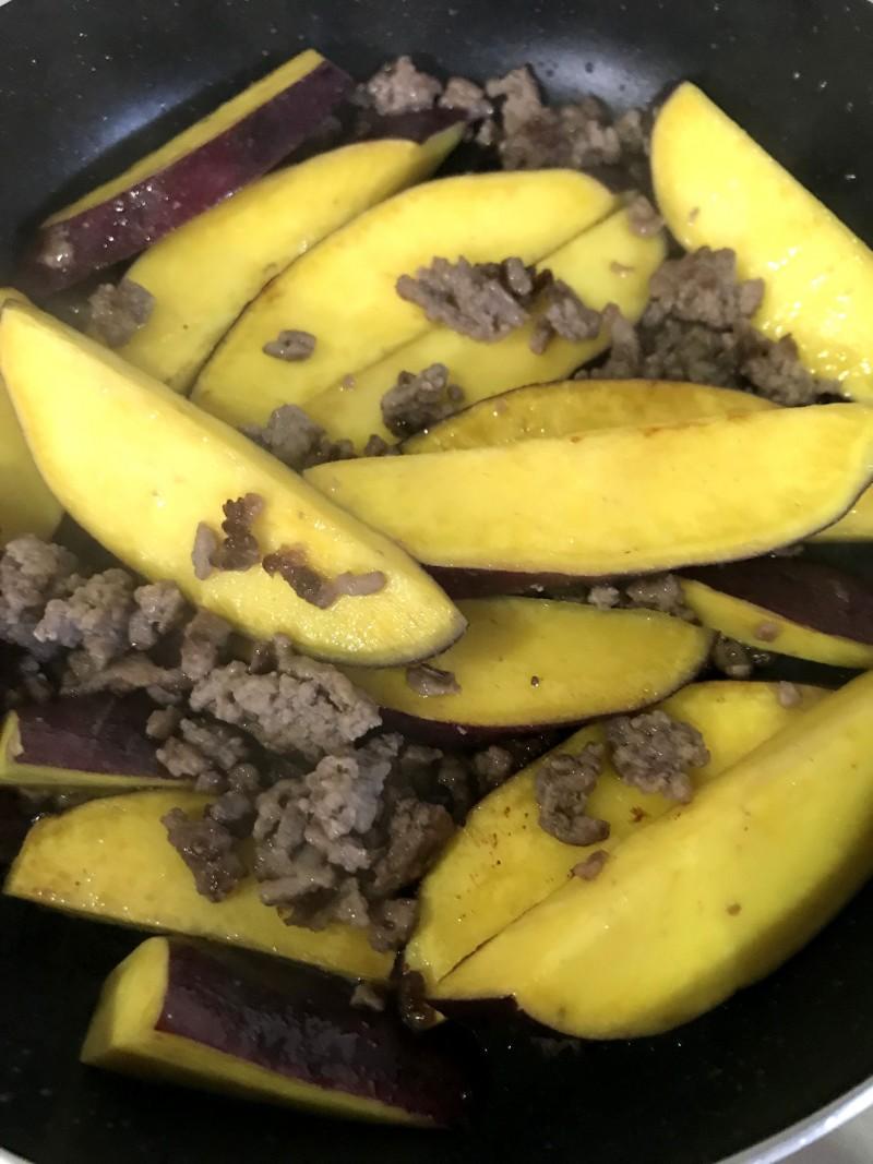 挽き肉とさつま芋の炒め物手順2