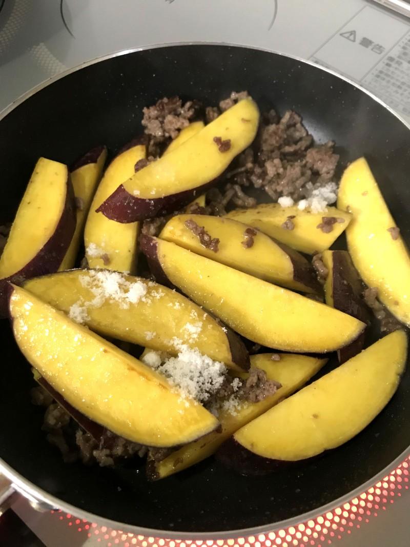 挽き肉とさつま芋の炒め物手順3
