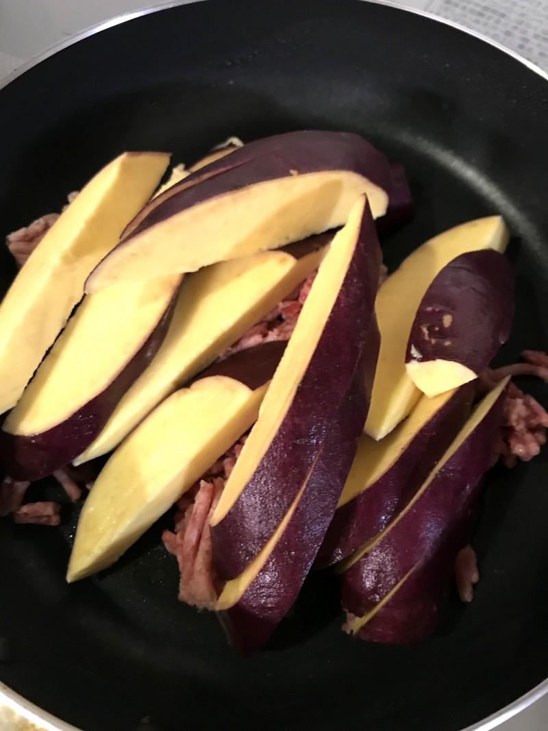 挽き肉とさつま芋の炒め物手順1