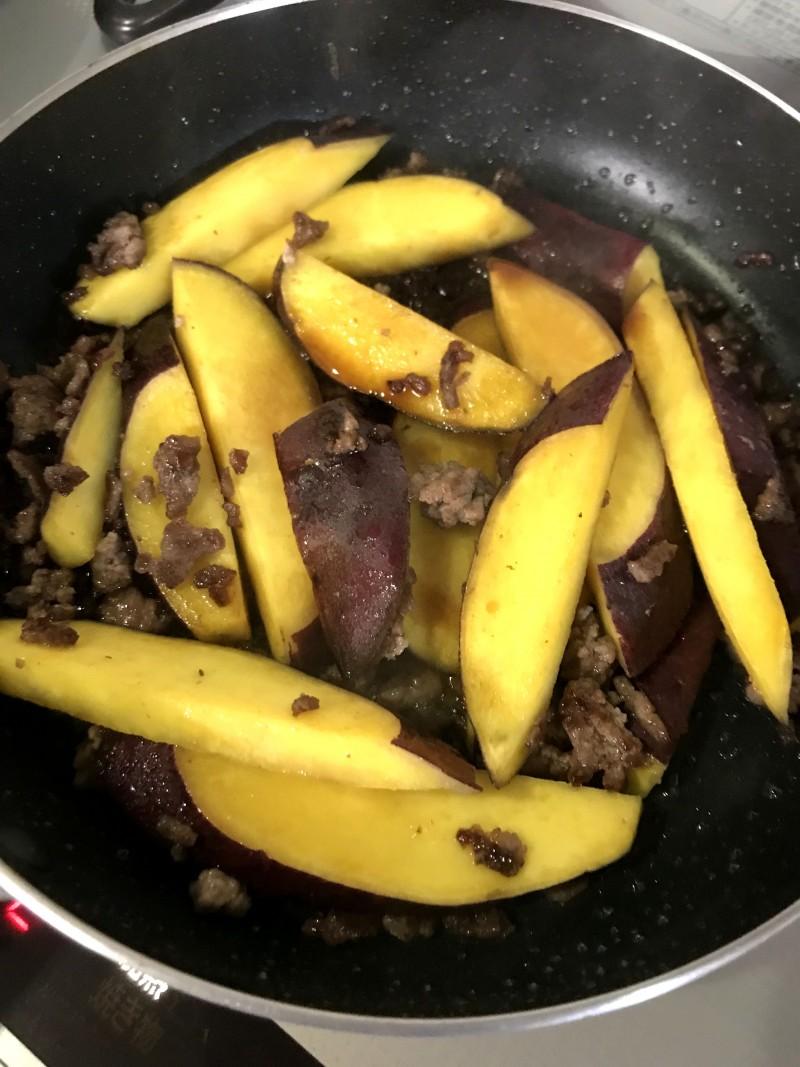 挽き肉とさつま芋の炒め物手順4