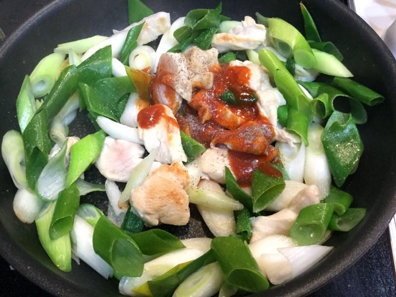 ピリ辛美味しい!たっぷりネギと鶏肉のキムチ炒め手順3