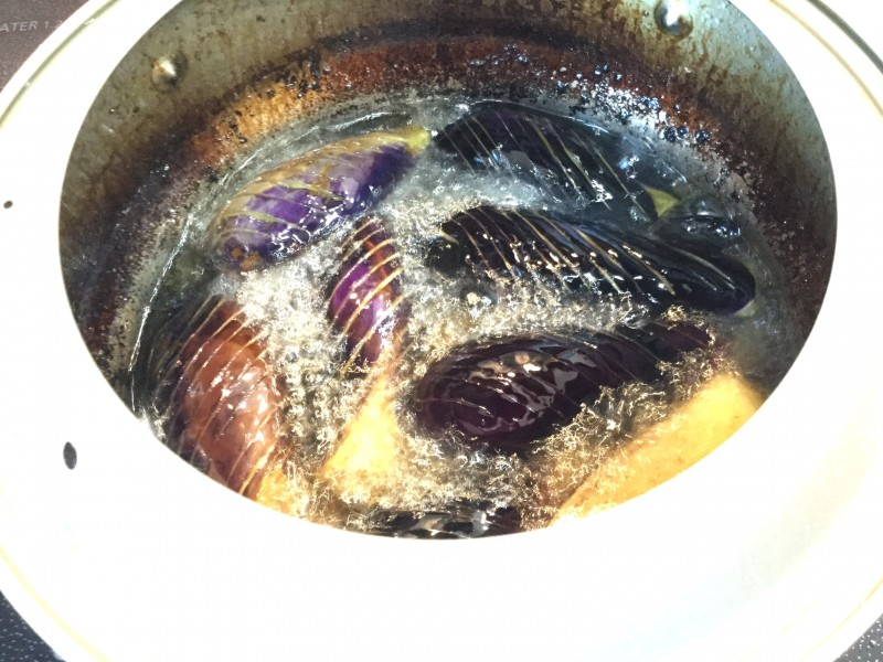とろける味わいで美味しい♪揚げ茄子の甘味噌がけ手順1