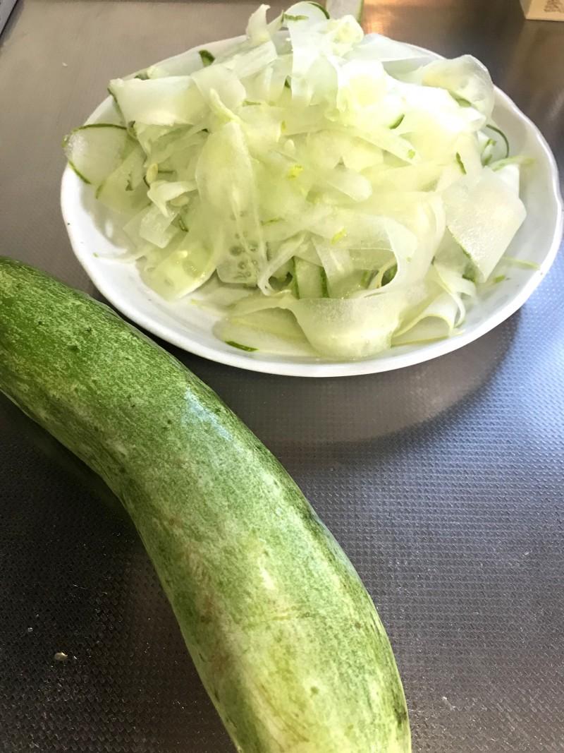お化けきゅうりのサラダ手順1