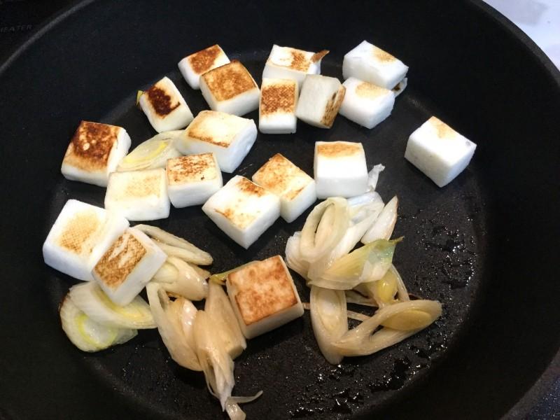 こんがり美味しい!はんぺんとネギのカリカリ炒め物手順2