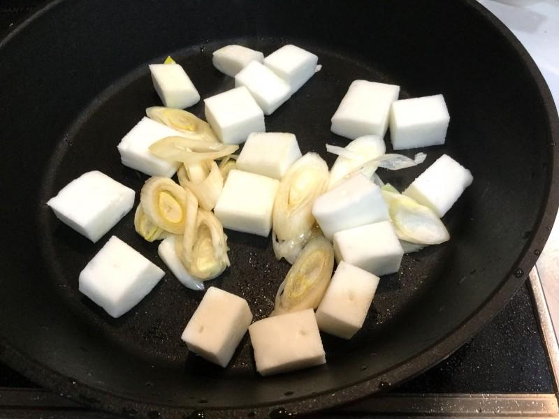 こんがり美味しい!はんぺんとネギのカリカリ炒め物手順1