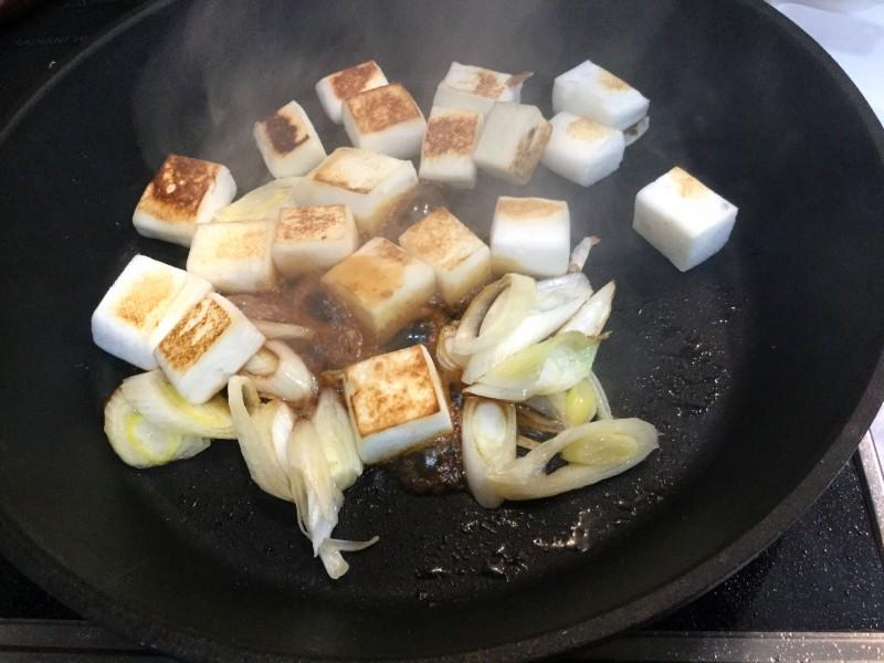 こんがり美味しい!はんぺんとネギのカリカリ炒め物手順3